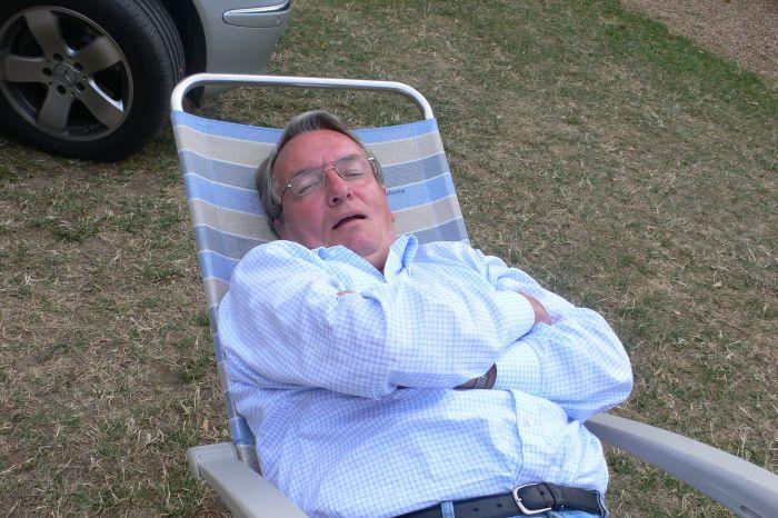 schläft der Opa auf dem …