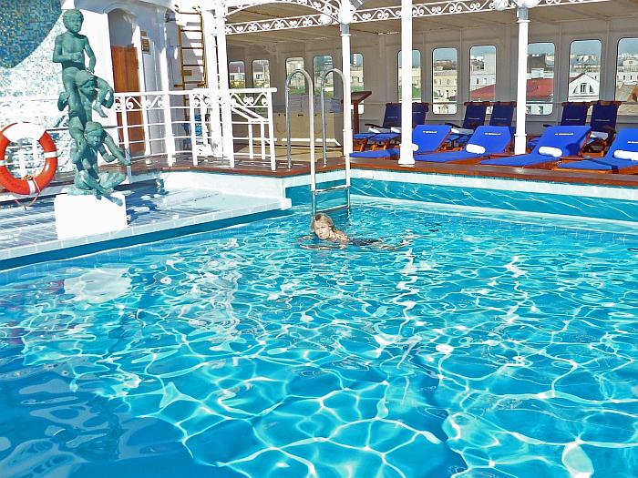 Gisela zieht es in den Pool �